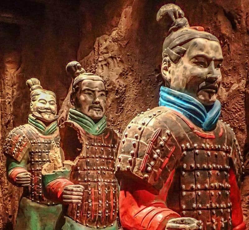 ตุ๊กตาทหารดินเผาเหล่านี้มีสีสันเสื้อผ้าที่สวยงาม แม้แต่สีหน้าก็มีสีสันราวมีชีวิต