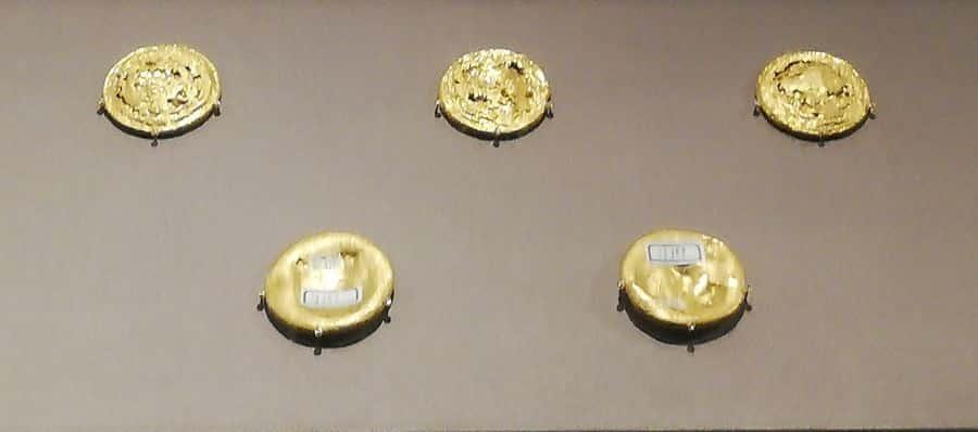 แผ่นทองคำ ซึ่งเป็นวัสดุทองคำบริสุทธิ์ ๑๐๐%